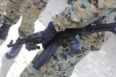 Человек держа пушку к airsoft Стоковое Изображение RF