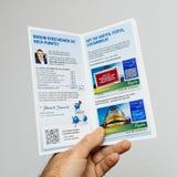 Человек держа рогульку листовки денежного возврата Стоковое Изображение