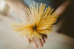 Человек держа спагетти готовый сварить Стоковые Фото