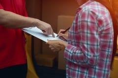 Человек держа таблетку для подписания поставки Стоковое фото RF