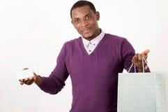Человек держа хозяйственные сумки и карту в студии стоковые изображения rf