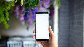 Человек держа экран дисплея smartphone пустой для графического монтажа стоковые изображения rf