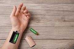 Человек держит батарею с энергией Поручите энергию на весь день для workn стоковые фото