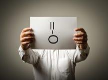 Человек держит белую бумагу с улыбкой изолированная принципиальной схемой белизна сярприза стоковые изображения