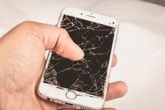 Человек держит в его руке iphone 6S Яблока Inc стоковое фото