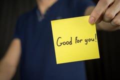 Человек держит желтую надпись стикера хороший для вас! стоковая фотография