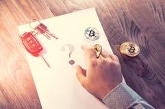 Человек держит монетку Bitcoin в его руке как обломок от казино Стоковые Изображения RF