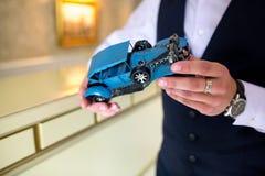 Человек держит ретро автомобиль стоковое фото rf