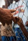 Человек для того чтобы дать руку ребенку нужному в Африке стоковые изображения