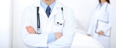 Человек доктора стоя прямо в больнице Крупный план стетоскопа на медицине и здравоохранении груди практикующий врача стоковое фото