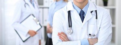 Человек доктора стоя прямо в офисе больницы Крупный план стетоскопа на медицине и здравоохранении груди практикующий врача Стоковые Фото