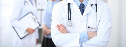 Человек доктора стоя прямо в офисе больницы Крупный план стетоскопа на медицине и здравоохранении груди практикующий врача Стоковое фото RF