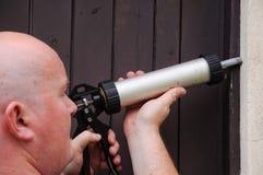 человек дома двери вне начинать запечатывания ремонта Стоковое Изображение