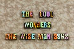 Человек дурака экспертный мудрый спрашивает стоковые фото