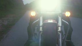 Человек едет мотоцикл вниз с дороги в лесе Стоковое Фото