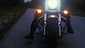 Человек едет мотоцикл вниз с дороги в лесе Стоковая Фотография RF