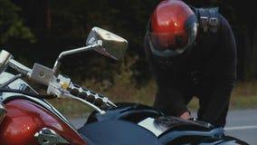 Человек едет мотоцикл вниз с дороги в лесе Стоковое Изображение RF
