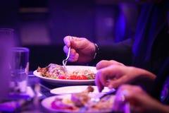 Человек есть еду в официально столовой