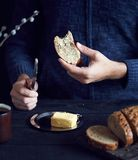 Человек есть хлеб с маслом стоковое изображение rf