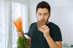 Человек ест шоколад с большим удовольствием стоковая фотография rf