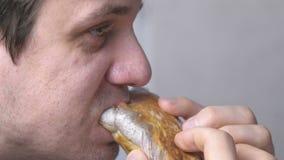 Человек ест shawarma вкусного цыпленка домодельное акции видеоматериалы