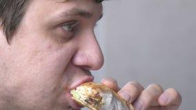 Человек ест shawarma вкусного цыпленка домодельное сток-видео