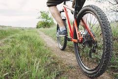 Человек ехать велосипед вдоль проселочной дороги Стоковое Изображение RF