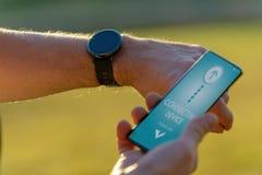 Человек ехать велосипед с монитором тарифа сердца smartwatch стоковая фотография
