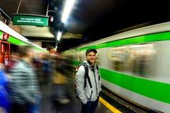 Человек ждет прибытие поезда на станции метро в милане Стоковая Фотография RF