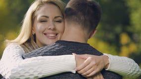 Человек жизнерадостной женщины обнимая и усмехаться, агенство замужества, романтичные отношения акции видеоматериалы