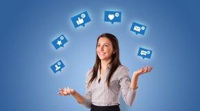 Человек жонглирует с социальными символами средств массовой информации стоковые изображения