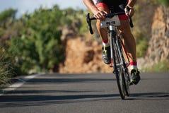 Человек задействуя, спортсмен велосипедиста велосипеда дороги на цикле гонки Стоковое Фото