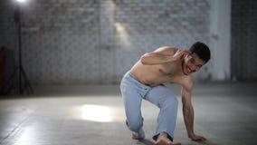 Человек заискивая и пиная - показывать элементы capoeira сток-видео