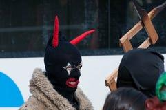 Человек замаскированный в дьяволе с красными hornes стоковые фото