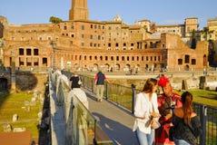 ЧЕЛОВЕК ЗАМАСКИРОВАННЫЙ РИМСКИМ ЦЕНТУРИОНОМ ВЫПОЛНЯЕТ НА ОПЛАТЕ ДЛЯ ТУРИСТОВ форум Италия римский rome Стоковое Изображение RF