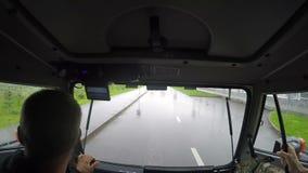 Человек замедленного движения управляет кораблем вдоль дороги асфальта на дождливый день акции видеоматериалы