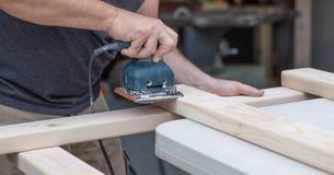 Человек зашкурить проект DIY стоковое изображение