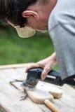Человек зашкурит старое hobbyhorse Стоковые Фотографии RF