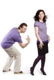 человек задних перстов идя хлопает к женщине Стоковые Изображения