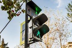 Человек зеленого цвета светофоров идя Стоковая Фотография RF