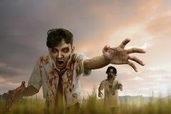 Человек зомби 2 азиатов с сумашедшей стороной и пакостным положением руки Стоковые Фото