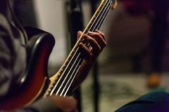 Человек играет баса живет в пабе стоковое изображение rf