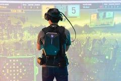 Человек играет видеоигру используя стекла виртуальной реальности стоковое фото rf