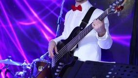 Человек играет гитару на концерте акции видеоматериалы