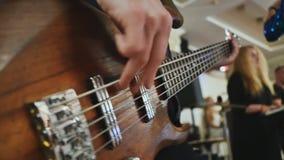 Человек играет гитару на торжестве свадьбы Конец-вверх видеоматериал