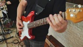 Человек играет гитару на торжестве свадьбы Конец-вверх сток-видео