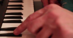 Человек играет конец-вверх на синтезаторе видеоматериал