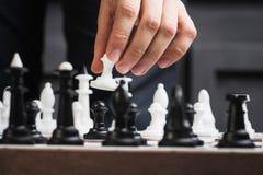 человек играет шахмат стоковое изображение rf