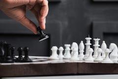 человек играет шахмат Стоковые Фото