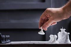 человек играет шахмат Стоковые Изображения RF